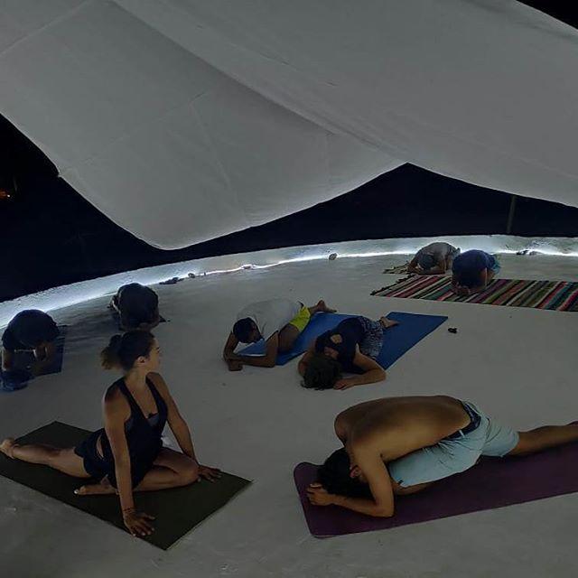 un séjour kite et yoga a djerba, qui est une parfaite combinaison. Vous logez au sein de notre superbe kitecamp et vous apprenez le kite sur un spot formidable pour le pratique de kitesurf a Djerba .